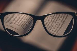 Kommunicera hållbarhet - kurser och seminarier aktuella bild på bok och glasögon